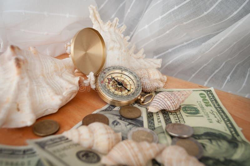 Kompass, skal och pengar arkivbilder