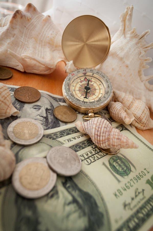 Kompass, skal och pengar fotografering för bildbyråer