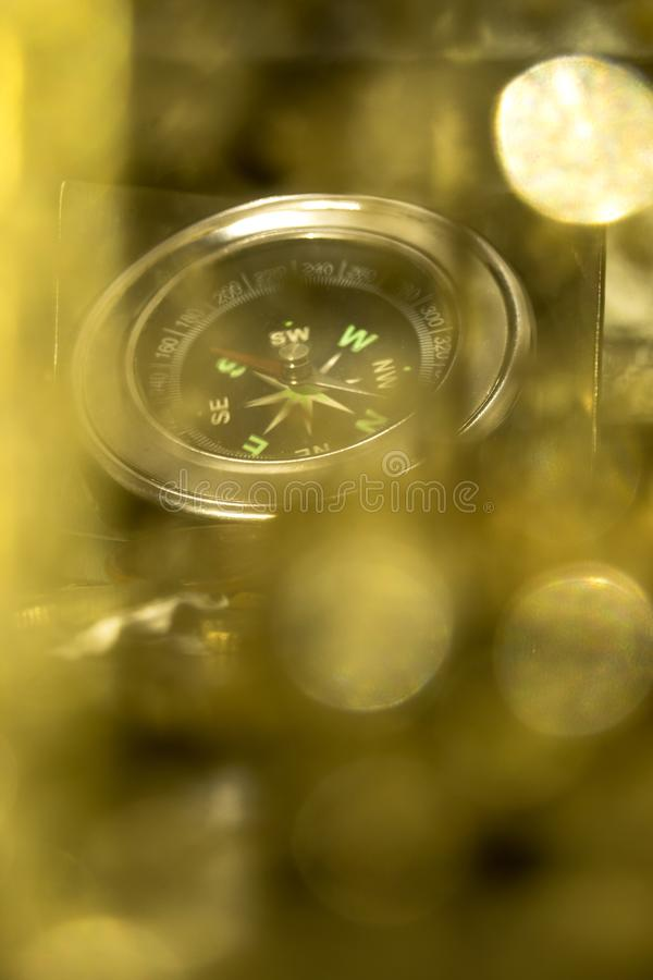 Kompass till och med ett guld- objekt arkivfoto