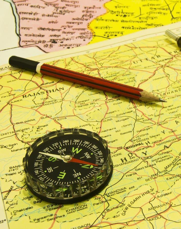 Kompass und Bleistift über Karten stockfotos