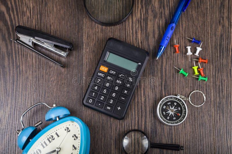 Kompass, Wecker, Vergrößerungsglas und Taschenrechner stockfoto