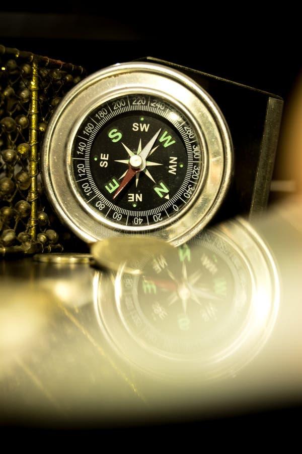 Kompassreflexion på förgrunden arkivfoton