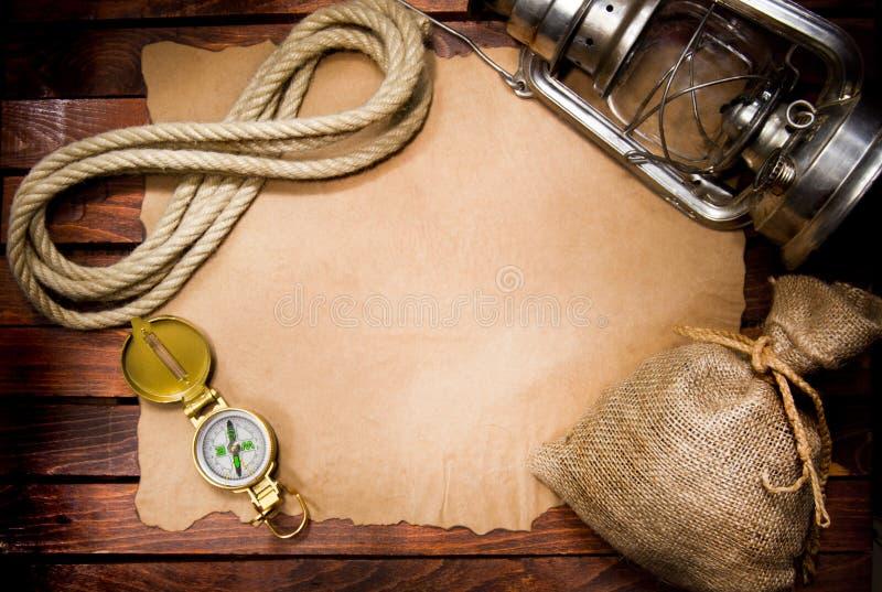 Kompasu arkana i lampa na starym papierze obraz stock
