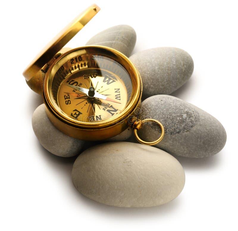 Kompasu i morza kamienie zdjęcia stock