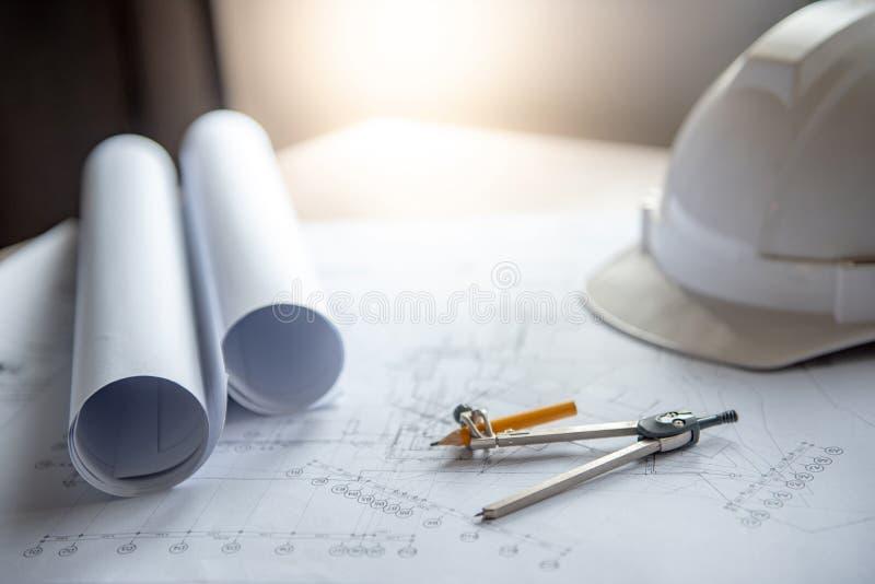 Kompasu narzędzie, projekty i hełm na pracującym stole, zdjęcia royalty free