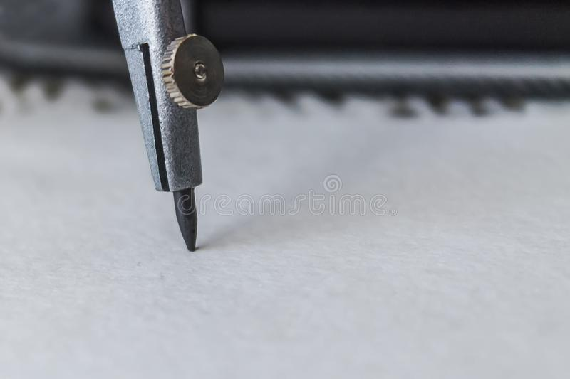 Kompasy rysują okrąg na prześcieradle papier obraz stock