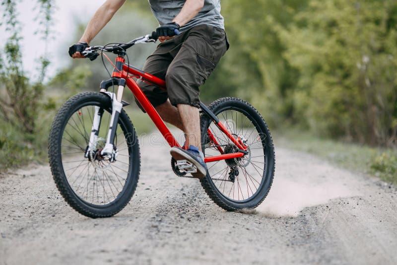 Kompetent cyklist som gör ett trick på landsvägen arkivbilder