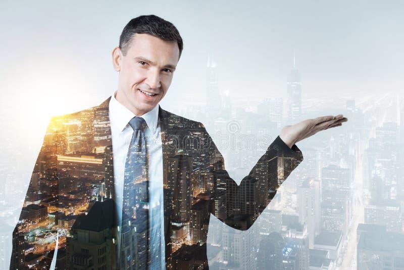 Kompetent direktör som visar nya tillfällen till hans anställda arkivfoto
