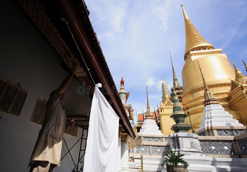 Kompetent hantverkare med landskap och pagoder i Wat Phra Kaew arkivfoton