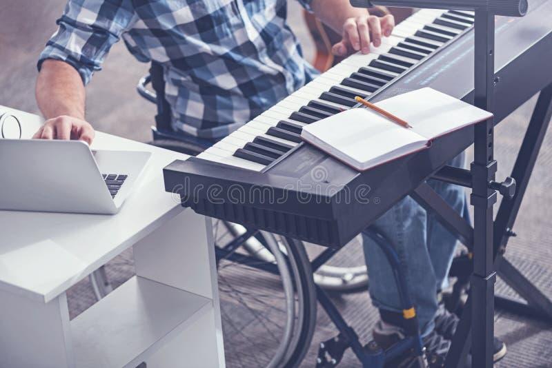 Kompetent inaktiverade genom att använda moderna apparater i studion för solid inspelning royaltyfri foto