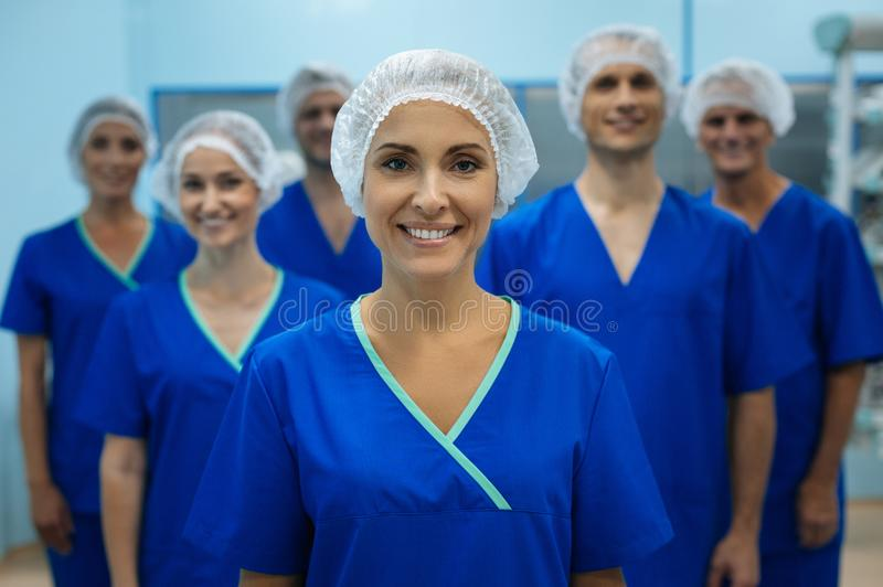 Kompetent kirurg som poserar på kamera royaltyfri fotografi