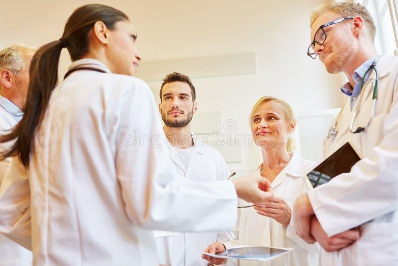 Kompetent lag av doktorer som diskuterar fotografering för bildbyråer
