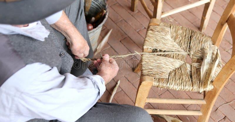 Kompetent reparatör- och stolskiftare på arbete royaltyfri bild