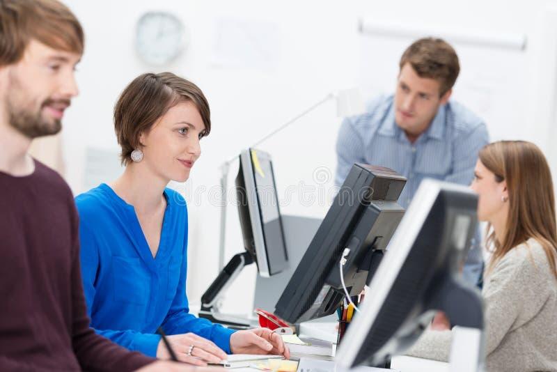 Kompetentny bizneswoman pracuje w ruchliwie biurze obraz royalty free