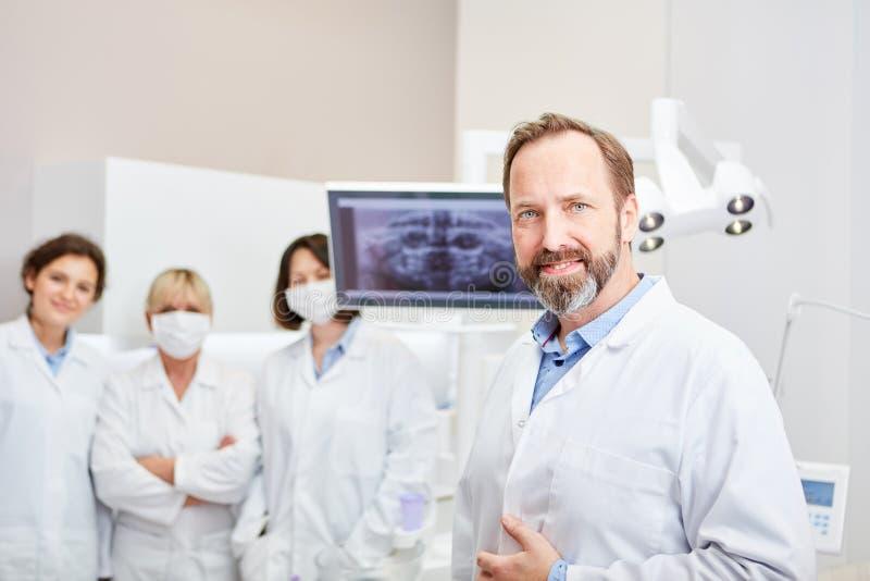 Kompetentny dentysta z jego zaopatrzeniem medycznym zdjęcie stock