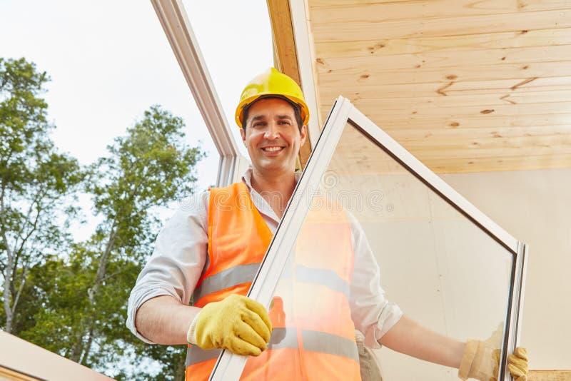 Kompetentny nadokienny instalator pracuje w woodhouse obraz royalty free