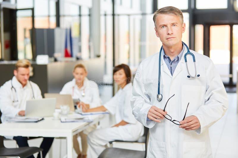 Kompetentny starszy lekarz przed jego kliniki dru?yn? obraz royalty free
