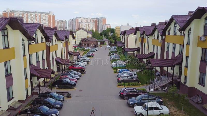 Kompleks nowożytny mieszkanie budynek mieszkalny z dziecka boiskiem jako plenerowi udostępnienia klamerka Odgórny widok zdjęcie royalty free