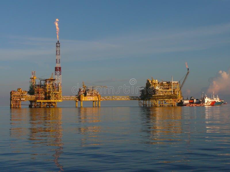 kompleksu benzynowy na morzu olej obrazy stock