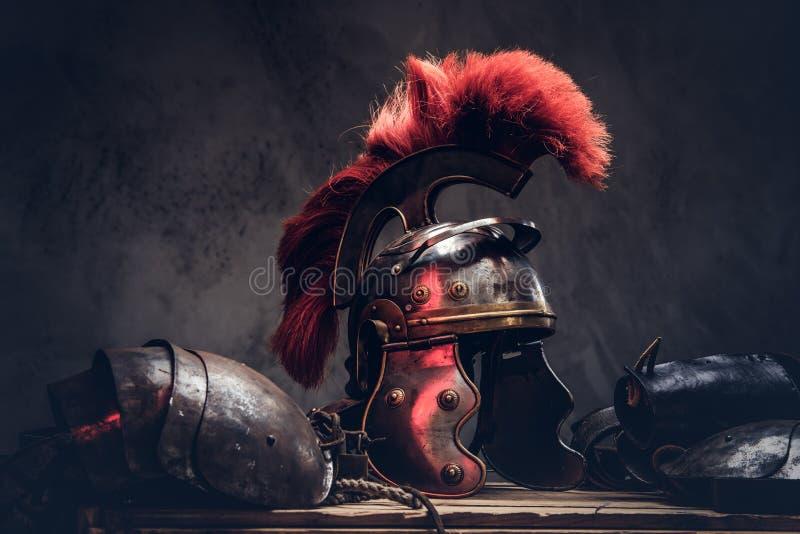 Komplette Kampfausrüstung der altgriechischen Kriegerslüge auf einem Kasten hölzernen Brettern lizenzfreie stockfotografie