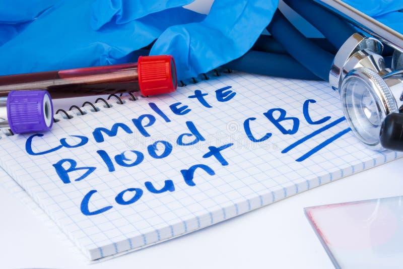 Komplettes Blutbild CBC-Testverfahren Laborversuchrohre mit Blut, Stethoskop und Handschuhen sind nahe Anmerkung mit Text Comple stockfoto