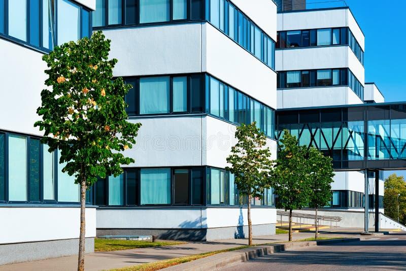 Komplex av den moderna kontorsbyggnadskyskrapan för företags affär royaltyfria foton