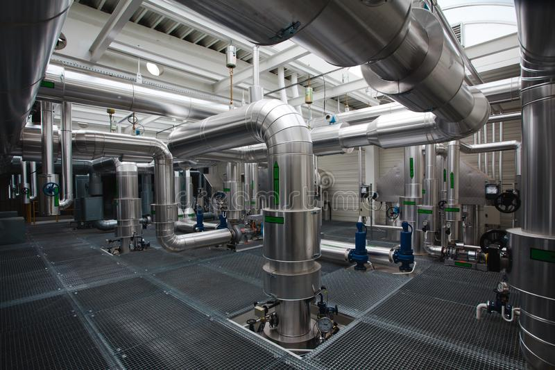 Komplex des Leitens der industriellen Heizungs- Anlage - Rohrleitungen lizenzfreies stockfoto