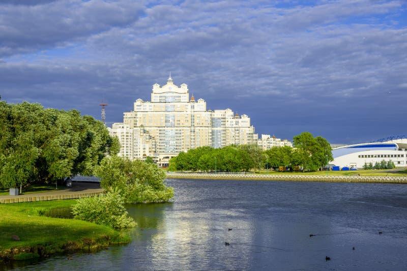 Komplex för bostads- byggnader på banker av floden Svislach i Minsk royaltyfri fotografi