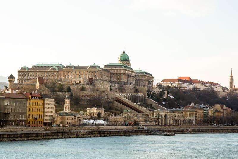 Komplex fiska bastion för kunglig slottbuda på en hög kulle som omges av väggar som skyddar säkerheten på Donauen budapest hungar arkivbilder