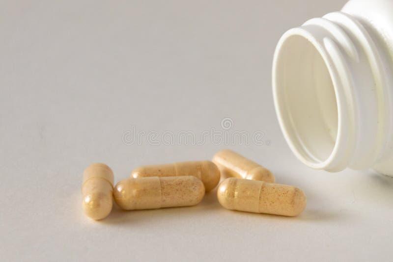 Komplexe Kapseln des Vitamins B-12 mit einer weißen Flasche stockbilder