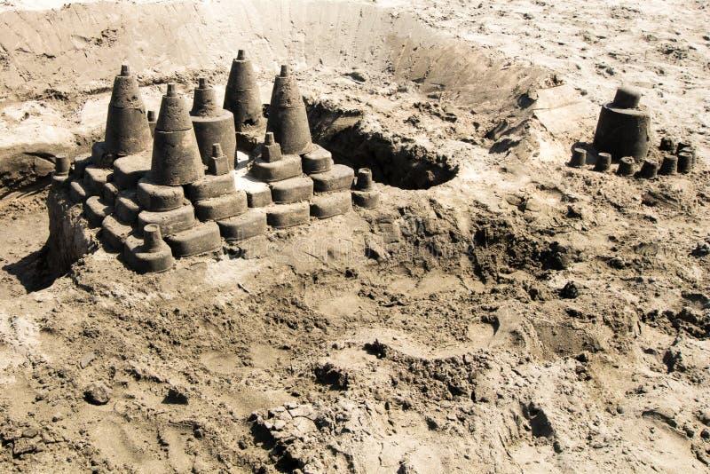 Komplexes sandiges Schloss auf dem Strand stockfotografie