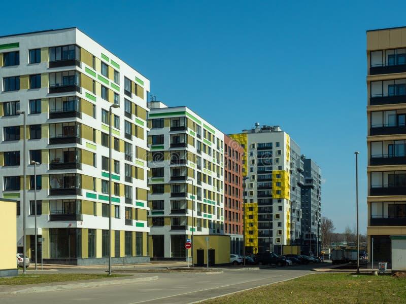 komplicerat nytt bostads Modern arkitektur, ljusa färgrika fasader och lämplig infrastruktur moscow russia royaltyfri foto