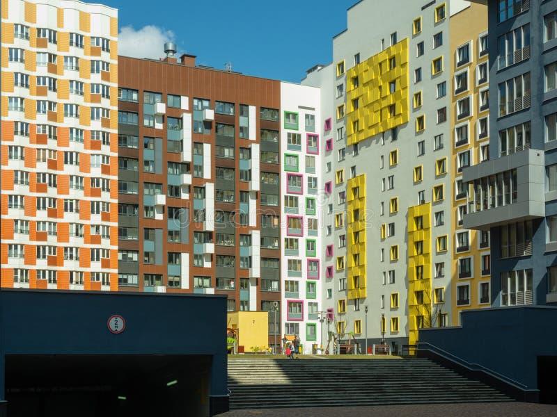komplicerat nytt bostads Modern arkitektur, ljusa färgrika fasader och lämplig infrastruktur moscow russia arkivbilder