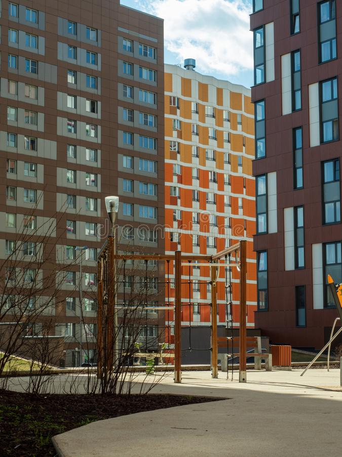 komplicerat nytt bostads Modern arkitektur, ljusa färgrika fasader och lämplig infrastruktur moscow russia royaltyfri bild