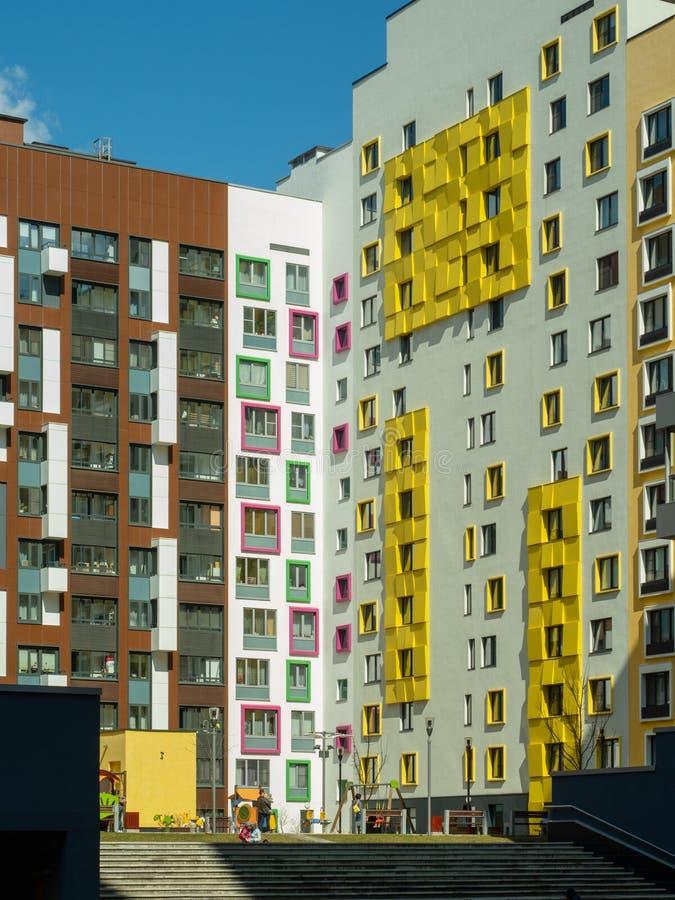 komplicerat nytt bostads Modern arkitektur, ljusa färgrika fasader och lämplig infrastruktur moscow russia royaltyfria foton