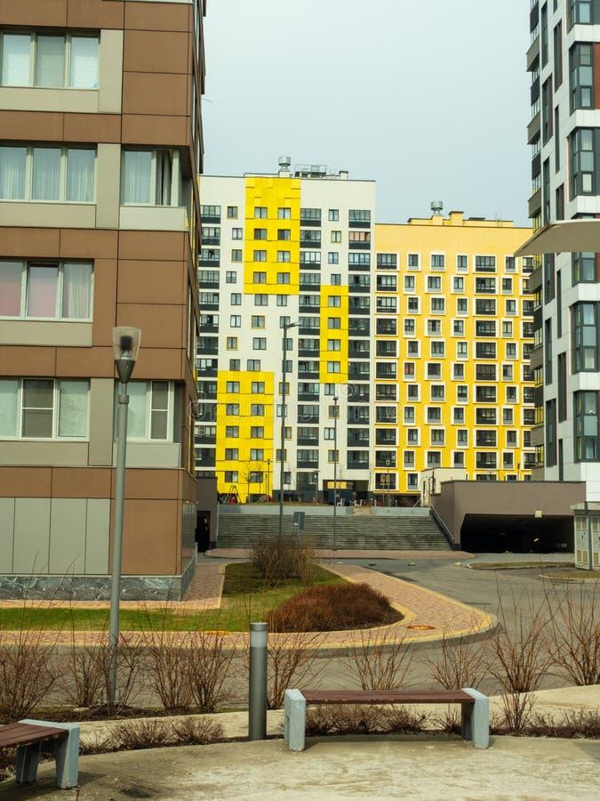 komplicerat nytt bostads Modern arkitektur, ljusa färgrika fasader och lämplig infrastruktur moscow russia fotografering för bildbyråer