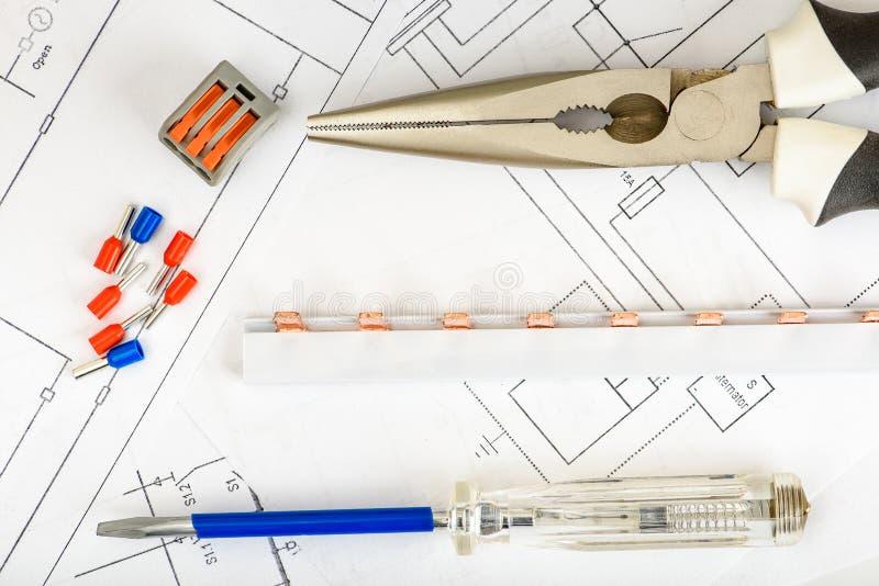Komponenten f?r Gebrauch in den elektrischen Installationen Zubeh?r f?r Ingenieurbauwerke, Energiekonzept lizenzfreie stockfotos
