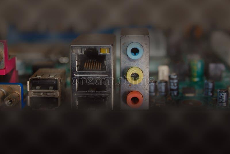 Komponenten verstopfen in das Motherboard, im selektiven Fokus und in flachem dof stockfoto