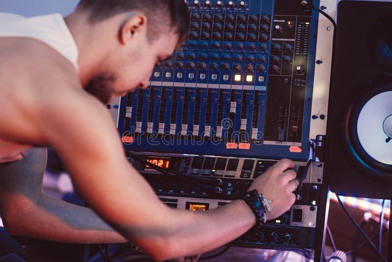 Kompositören justerar den solida panelen i inspelningstudio arkivfoton