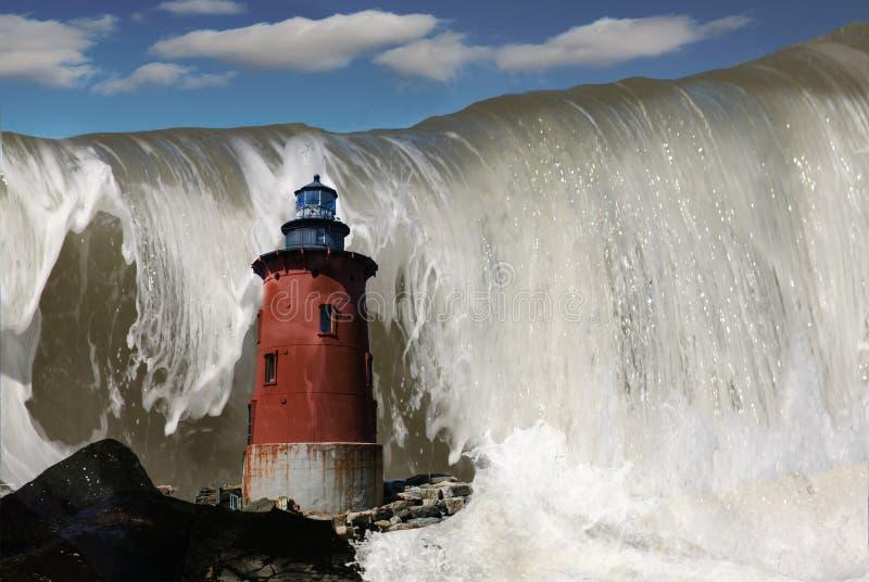 Komposit av fyren och den tidvattens- vågen royaltyfri foto
