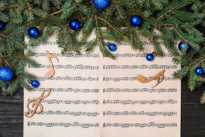 Komposition mit hölzernen Musikanmerkungen und -dekorationen lizenzfreie stockbilder