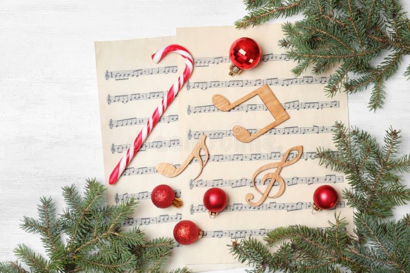 Komposition mit Musikanmerkungen und -dekorationen auf hölzernem Hintergrund stockfoto
