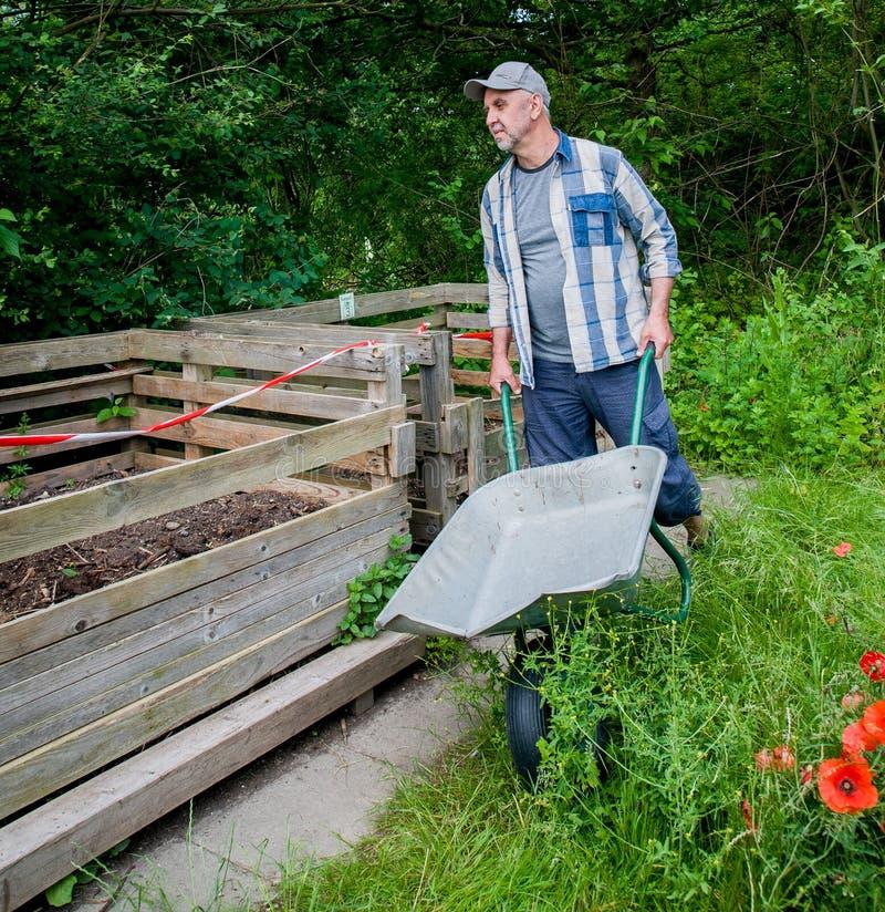 Kompostbehälter mit Humus lizenzfreie stockfotografie