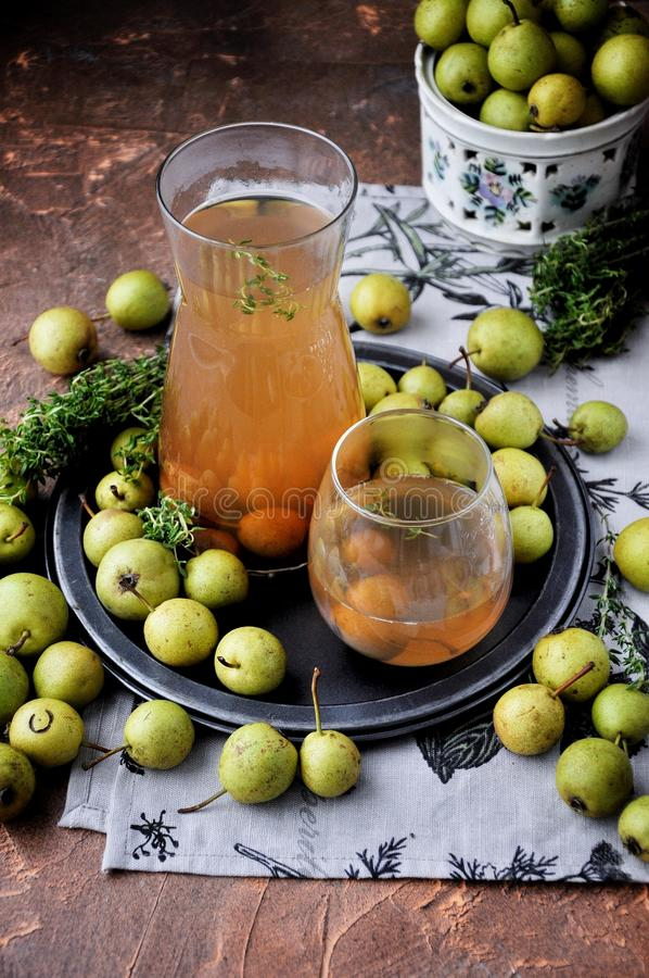 Kompott lemonad, hem gjorde drinken från päron med timjan arkivfoto
