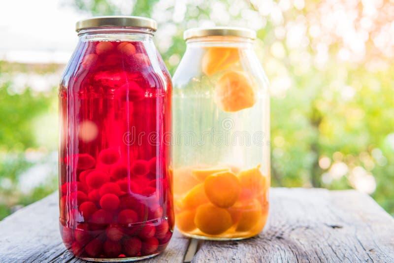 Kompott mit Kirsche und Aprikose in den Glasgefäßen Selbst gemachtes cann lizenzfreies stockbild