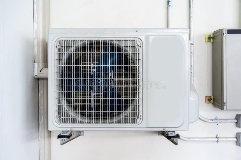 Kompressor för enhet för luftvillkor som utomhus- installeras utanför huset royaltyfri foto