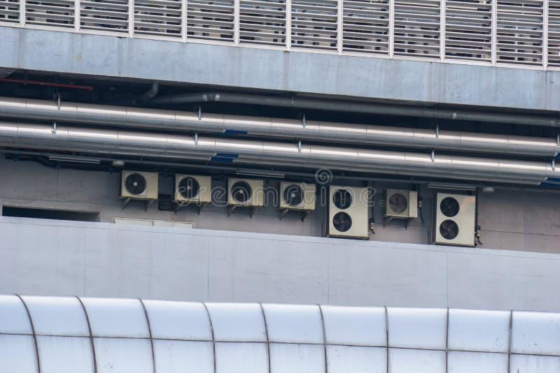 Kompressor- och kondensatorenheter av det betingande systemet för luft royaltyfria foton