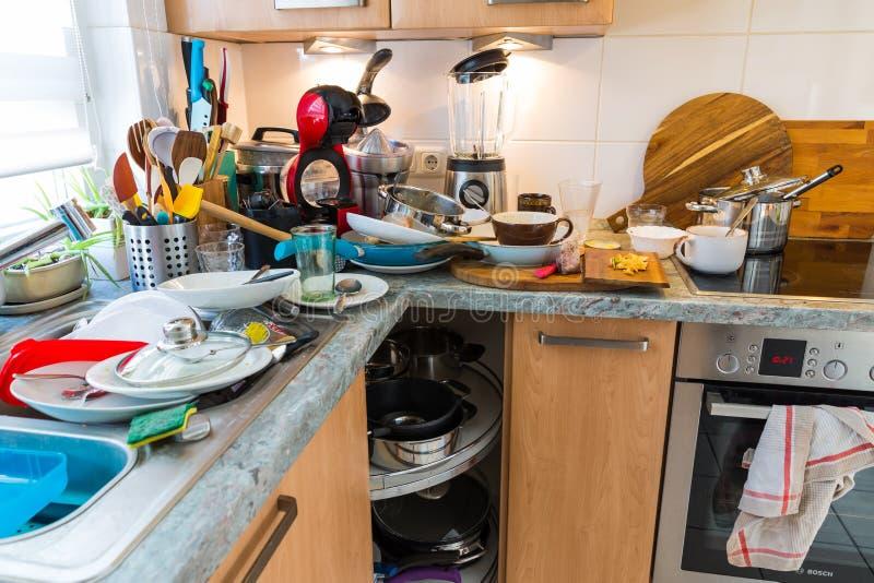 Kompulsywny gromadzenie Syndrom - upaćkana kuchnia obrazy royalty free