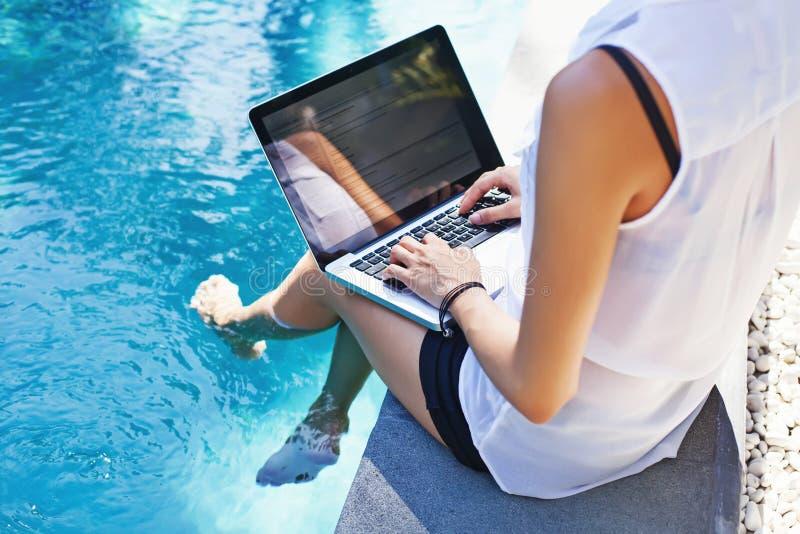 komputer jej laptopu kobiety działanie fotografia royalty free