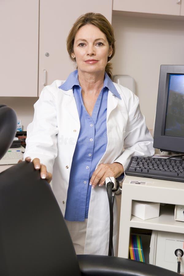 komputer monitor stanowisko lekarza zdjęcia stock